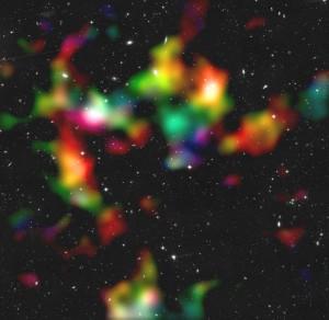 So verteilt sich die (überwiegend Dunkle) Materie im COSMOS-Feld: Der schwache Linsen-Effekt auf ferne Galaxien wurde benutzt, um die totale Massenverteilung in drei Dimensionen zu rekonstruieren. Weiße und grüne Klumpen – die Verteilung wurde geglättet – liegen uns dabei näher als rote. [NASA, ESA, P. Simon (University of Bonn) and T. Schrabback (Leiden Observatory)]