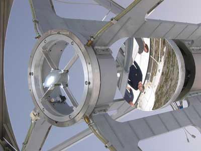 Oberer Ring des Gregor-Teleskops auf Teneriffa mit der keilförmigen Primärfeldblende links und dem Sekundärspiegel rechts, etwas im Hintergrund. Der helle Fleck auf der Primärfeldblende ist das vom kürzlich installierten Hauptspiegel erzeugte Bild der Sonnenscheibe; der Hauptspiegel befindet sich links außerhalb des Bildes. [Kiepenheuer-Institut für Sonnenphysik]