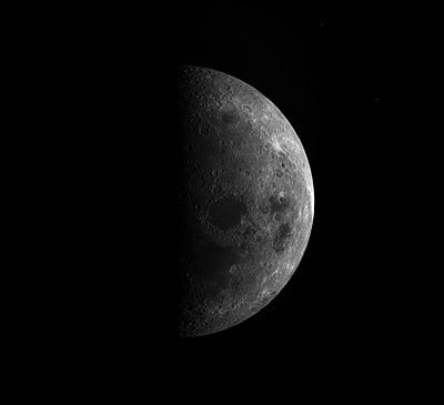 Der Mond aufgenommen von Rosetta am 13.11. In der Mitte der Mondscheibe ist das Mare Crisium zu sehen, rechts blickt auf normalweise hinter dem Mondrand verborgene Gebiete. [ESA]