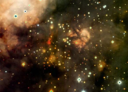 Dreifarb-Komposit (die Farben R, G und B entsprechen den IR-Farben K, H und J) von »W3 Main«, aufgenommen mit der CISCO-Kamera des Subaru-Teleskops: eine der tiefsten Aufnahmen eines Sternentstehungsgebiets vom Erdboden aus. Links von der Bildmitte in rot besonders massereiche Sterne. [NAOJ]