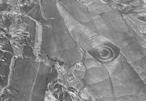 Irdisches Pendant der auf dem Mars entdeckten Basaltspirale. Dieses Exemplar hat einen Durchmesser von rund 10m und befindet sich auf der Vulkaninsel Hawaii in einem 1974 entstandenen Fluss so genannter Pahoehoe-Lava. [NASA/JPL/University of Arizona]
