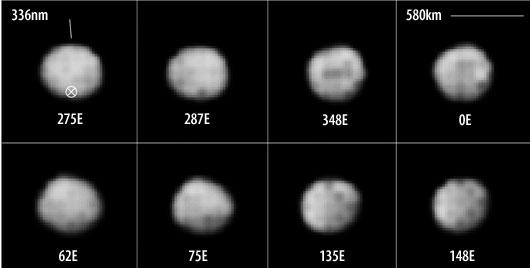 """Der Asteroid (2) Pallas, wie ihn das Hubble Space Telescope am 8. September 2007 sah: Der Winkeldurchmesser betrug 1/3"""", das Sonnenlicht kam genau von vorne (Phasenwinkel 4°), und diese Aufnahmen der — inzwischen entfernten — Kamera WFPC2 haben 75km/Pixel Auflösung. Die Rotationsachse und der Südpol sind markiert; die Bilder wurden von den Autoren nachgeschärft und von interstellarum erheblich im Kontrast gesteigert; dadurch erscheint der Asteroid etwas kleiner als im Original. [Schmidt et al.]"""