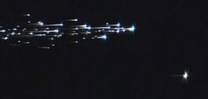 Doppelter Eintritt in die Erdatmosphäre über Australien: Links zerbricht das Mutterschiff der japanischen Asteroidensonde Hayabusa in zahlreiche Trümmerstücke, die rasch verglühen, rechts unten glüht auch die drei Stunden zuvor abgetrennte kleine Probenkapsel – die kurz darauf am Fallschirm in der Wüste landet. Ein Standbild aus einem HD-Video, aufgenommen aus einem Beobachtunsgflugzeug der NASA. [Jesse Carpenter und Greg Merkes, NASA Ames Research Center]