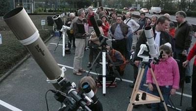 »Bürgersteig-Astronomie« in den 100 Stunden Astronomie in Sankt Augustin: Nicht weniger als 15 Teleskope hatten Sternfreunde aus dem Köln-Bonner Raum am 3. April herangeschafft, rund 200 Besucher konnten — trotz mancher Wolkenprobleme — mit Mond und Saturn (und überraschenderweise auch dem funkelnden Sirius) begeistert werden.[D. Fischer]