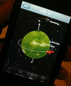 Die iPhone-Anwendung 3D Sun im Einsatz: Dargestellt wird das aktuelle Bild der Sonne in vier wählbaren UV-Wellenlängen, berechnet aus Aufnahmen der beiden ebenfalls gezeigten STEREO-Satelliten. Die dreidimensionale Sonne, zur Zeit nahezu komplett abgedeckt, kann mit den Fingern frei gedreht werden. [Daniel Fischer]
