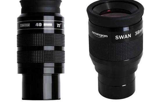 Sie heißen beide SWAN, sind aber nicht baugleich: Die Weitwinkelokulare von William Optics (links) und Omegon (rechts).