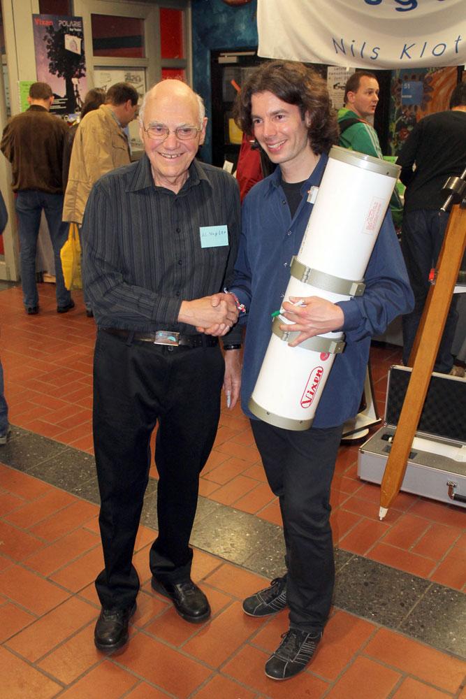 Al Nagler mit einem Fan und dessen handsigniertem Fernrohr.
