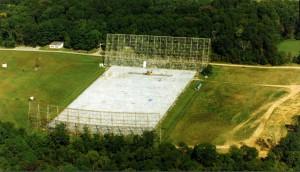 """Das """"Big-Ear""""- Radioteleskop kurz vor seinem Abriss 1998. Heute befindet sich auf dem Gelände ein Golfplatz und eine Wohnsiedlung. [The Ohio State University Radio Observatory and the North American Astro Physical Observatory (NAAPO)]"""