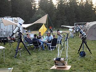 Der »Astrostammtisch Hannover« wartet (zusammen mit anderen Teilnehmern) auf die Nacht. [Ralf Gehrmann]