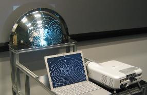 Ein Beamer + ein Spiegel = Fulldome-Video für die (kleine) Planetariumskuppel