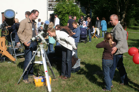Familiennachmittag mit Sonnenbeobachtung vor dem Schmidt-Museum auf der Hamburger Sternwarte.