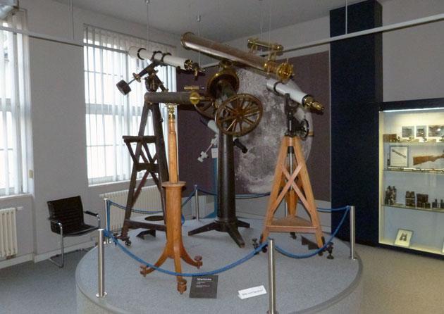 Im Museum ausgestellte originale Zeiss-Teleskope. [Manfred Holl]