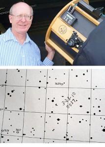 Kometenentdecker Don Machholz und die Originalskizze der Entdeckungsposition in seinem Sternatlas.