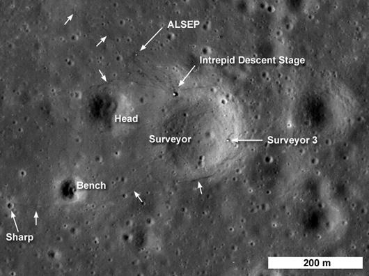 Landestufe, Surveyor 3 und das Experiment ALSEP zwischen den Kratern Surveyor, Head, Bench und Sharp — inklusive der schwach erkennbaren Fußspuren. [NASA]