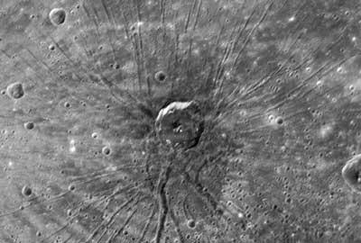 Messengers seltsamste Entdeckung während des Merkur-Flyby im Januar: »Die Spinne«, ein Netz von ausgeprägten Gräben, in dessen Mitte ein 40km-Krater sitzt. [NASA/Johns Hopkins University Applied Physics Laboratory/Carnegie Institution of Washington]