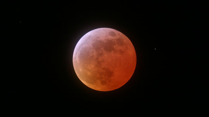 In der Nacht vom 20. auf den 21. Februar wird der Mond wieder als rot leuchtende Kugel am Himmel stehen – wie letztmalig am 3. März vorigen Jahres. [Ulrich Beinert]