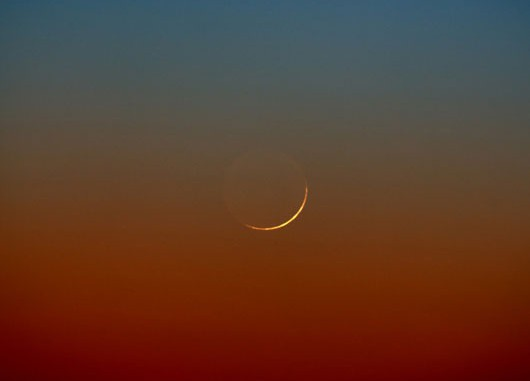 Am 18.2.2007 gab es eine ähnlich gute Gelegenheit, eine schmale Mondsichel zu sehen. Digitalfoto, 18.2.2007, 17:55 MEZ, 300mm-Teleobjektiv bei f/4, Nikon D2X. [Jörg Mosch]