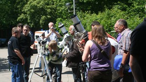 Sonnenbeobachtung vor der Gesamtschule