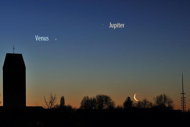 Venus ist im August wieder strahlender Morgenstern, wie im Bild am 4.2.2008, als sich Mond und Jupiter zu unserem inneren Nachbarplaneten gesellten. [Thomas Rattei]