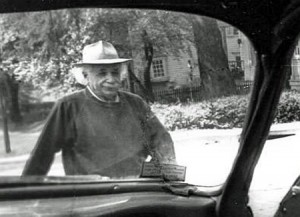 Ein kaum bekanntes Foto Albert Einsteins, aufgenommen im Alter, von seinem Kollegen Yoichiro Nambu an der Princeton University, der ihm oft eine Mitfahrgelegenheit anbot – denn Einstein besaß nie einen Führerschein. [via Peter Freund]