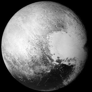 Das schärfste Bild des Zwergplaneten Pluto: Ein Mosaik aus Aufnahmen der New-Horizons-Kamera LORRI, die Anfang September in bester Qualität zur Erde übertragen wurden. Die Auflösung beträgt 850m.