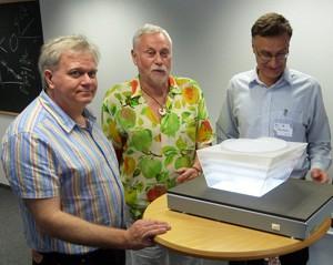 Der Physik-Nobelpreisträger Schmidt und die MIAPP-Direktoren Kudritzki und Beneke (v.l.n.r.) vor einem Modell des erhofften Neubaus. [Daniel Fischer]