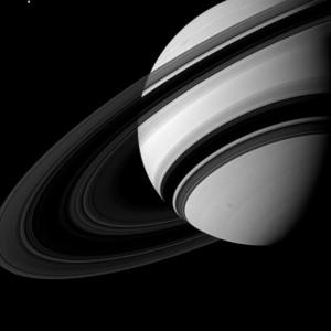 Unbeschienen erscheint ein großer Teil der Ringe annähernd schwarz, weil sie stellenweise nur wenig Licht durchdringen lassen. Die weniger dichten Ringe erscheinen dagegen in unterschiedlich intensiven Grautönen: Sie lassen wesentlich mehr Licht durch.  [NASA / JPL-Caltech / SSI]