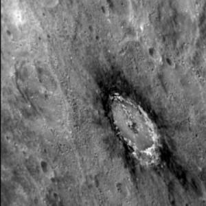 Im Umfeld des 80 km großen Basho-Kraters ist gut die Konzentration von sogenanntem Low Reflectance Material (LRM) zu erkennen. Spektroskopische Analysen identifizierten das Material als Kohlenstoff. [Courtesy NASA/Johns Hopkins University Applied Physics Laboratory/Carnegie Institution of Washington]