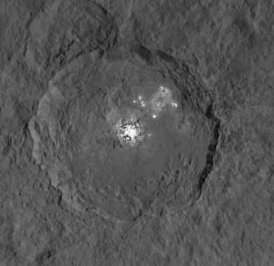 Es mehren sich die Hinweise, dass die weißen Flecken im 90 Kilometer großen Krater Occator aus wasserhaltigen Magnesiumsalzen bestehen, die im Sonnenlicht Wasserdampf freisetzen. [NASA/JPL-Caltech/UCLA/MPS/DLR/IDA]