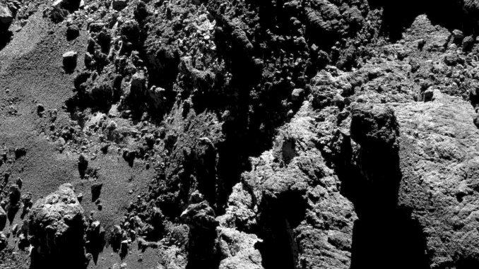 Komet Churyumov-Gerasimenko am 11. Mai 2016 aus 9,9 km Höhe aufgenommen: Ende September wird gelandet. [ESA/Rosetta/MPS for OSIRIS Team MPS/UPD/LAM/IAA/SSO/INTA/UPM/DASP/IDA]
