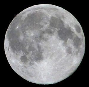 Der Mond vergangene Nacht, zwei Stunden nach der Vollmond-Stellung - und doch unten (im Süden) nicht vollständig beleuchtet. [Daniel Fischer]