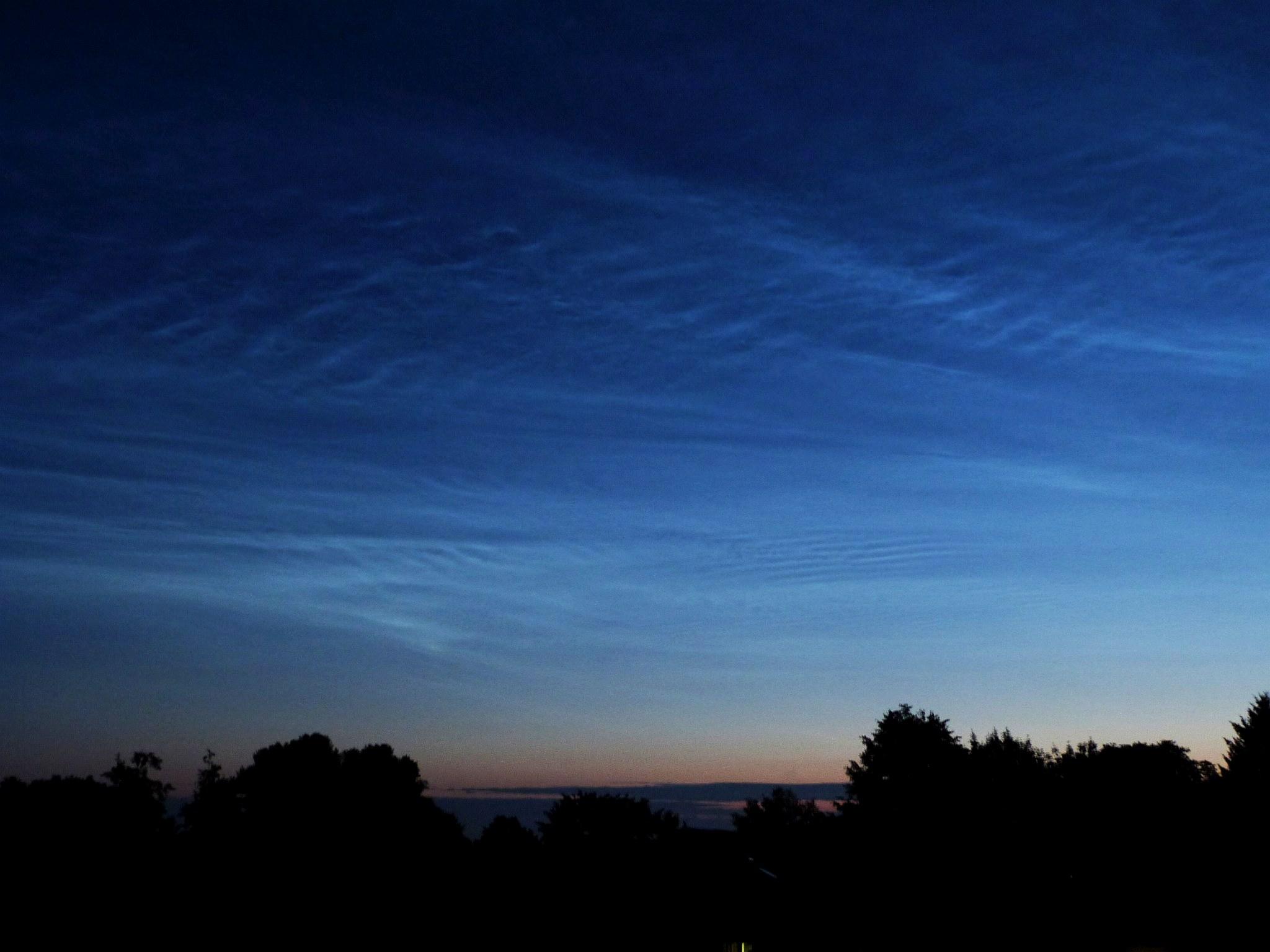 Mehrere verschiedene Wellenmuster in den Leuchtenden Nachtwolken in der fortgeschrittenen Morgendämmerung des 6. Juli. [Daniel Fischer]