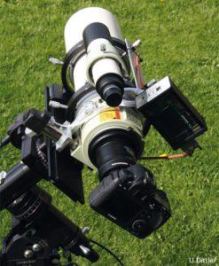 Der FSQ-106ED mit angeschlossenem Focus Wizard und Vollformat-DSLR. Deutlich ist die Steuerelektronik des Fokus Wizard zu erkennen, die die kontinuierliche Nachfokussierung auch während der Aufnahme sicherstellt. Foto: U. Dittler