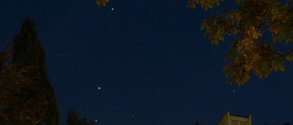 Saturn, Mars und Antares (von oben) praktisch in einer Linie heute Abend über Königswinter, daneben weitere Skorpion-Sterne. [Daniel Fischer]
