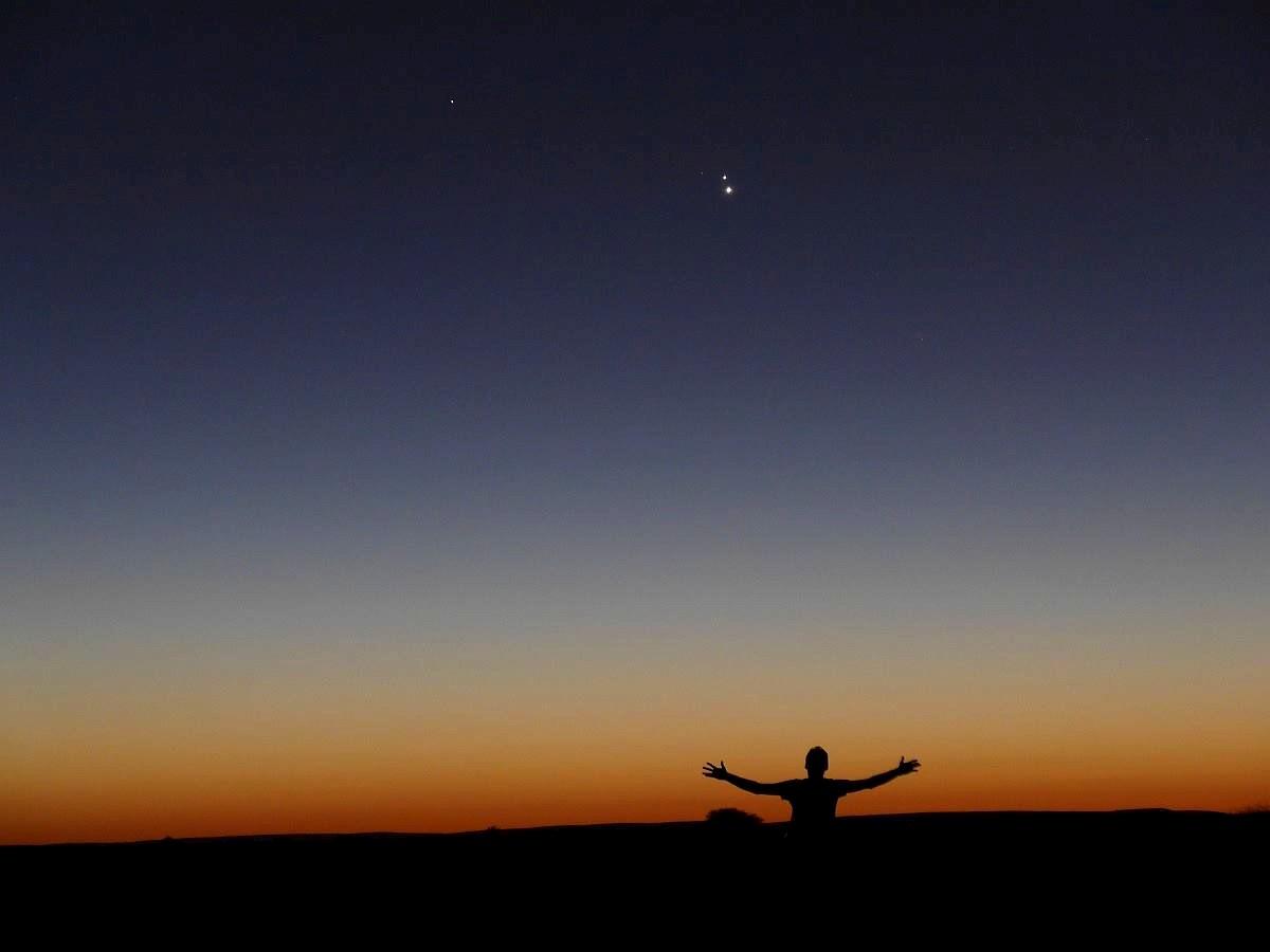 Dieselbe Planetenkonjunktion genau 74° weiter südlich über der namibischen Astrofarm Kiripotib (23.3° Süd) - nicht nur stand der Jupiter dort über der Venus, noch weiter links oben war auch der Merkur zu entdecken. [Paul Hombach]