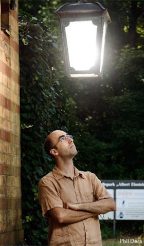 Abb.: Christopher Kyba und das Problem, das ihn beschäftigt: eine besonders schlecht abgeschirmte Lampe. Phil Dera