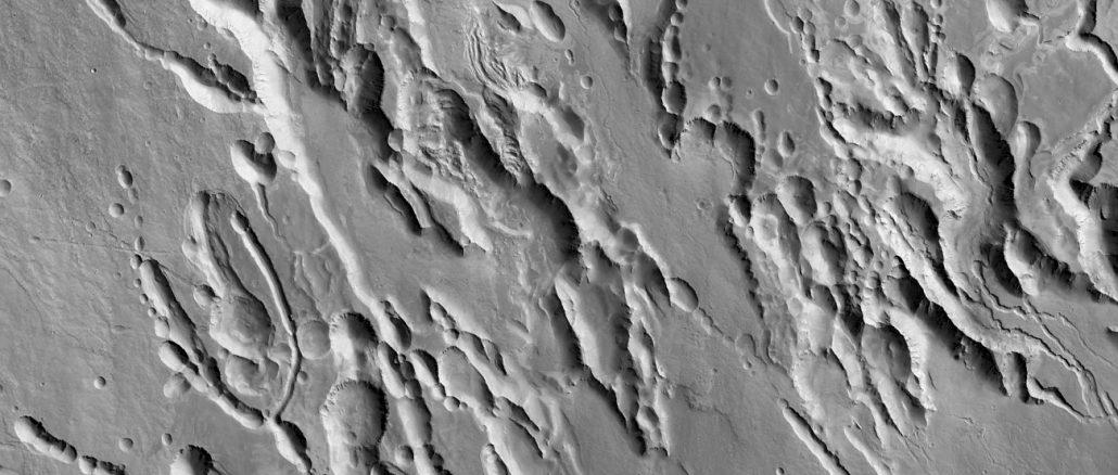 Ein Ausschnitt aus einem 25 km breiten Streifen der Mars-Fornation Arsia Chasmata, den das  Colour and Stereo Surface Imaging System (CaSSIS) auf dem ExoMars Trace Gas Orbiter am 22. November aufgenommen hat: Der Kontrast übertrifft sogar die Erwartungen. [ESA/Roscosmos/ExoMars/CaSSIS/UniBE]