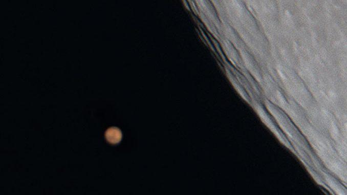 Mars neben dem Mond